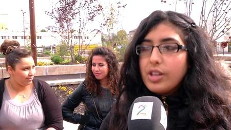 BEKYMRET: Khaoula Ben Azoune og veninnene hennes mener Front National er flinke til å snakke, men at de skremmer folk med argumentene sine. Men selv franskmenn med innvandrerbakgrunn stemmer på partiet. Hele 13,5 prosent i de multikulturelle forstedene til Paris. (Foto: Frode Hoff/TV 2)