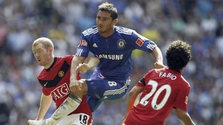 Frank Lampard i kamp mot Paul Scholes under Community Shield-kampen i 2009. (Foto: GLYN KIRK/AFP)