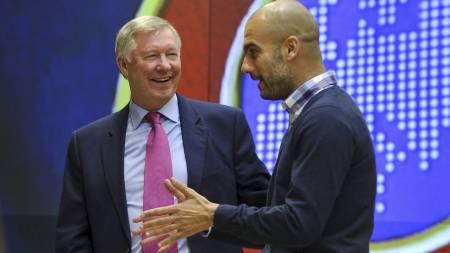 GODE VENNER: Sir Alex Ferguson og Pep Guardiola i vennlig samtale på Uefa-foredrag. (Foto: FABRICE COFFRINI/Afp)