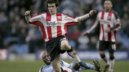 Southampton's Gareth Bale is fouled by Hatem Trabelsi of Manchester City during their English FA Cup soccer match at the City of Manchester stadium, Manchester, England, Sunday Jan. 28, 2007. (Foto: DAVE THOMPSON/AP)