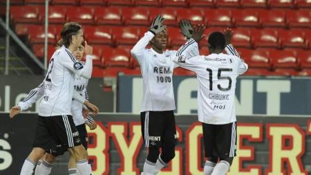 TOMME SETER: Rosenborg-spillerne jubler foran  masse ledige seter. (Foto: Alley, Ned/NTB scanpix)