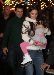 FAMILIE: Tom Cruise, Katie Holmes og Suri Cruise (6). (Foto: Fame Pictures)