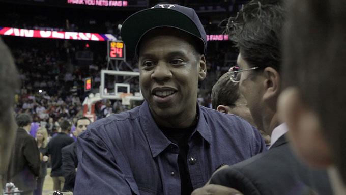 BASKETBALLKAMP: Rapperen Jay-Z var blant kjendisene som gjestet tribunen sammen med Magnus Carlsen. (Foto: Rasmus Mossig)