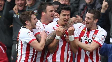 ELLEVILL JUBEL: José Fonte gratuleres av lagkompisene etter å ha scoret Southamptons andre mål. (Foto: PA Wire)