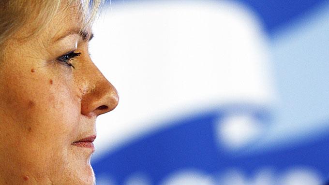 MINDRE BYRÅKRATI: Erna Solberg vil overføre makt over barnevernet til kommunene.  (Foto: SCANPIX)