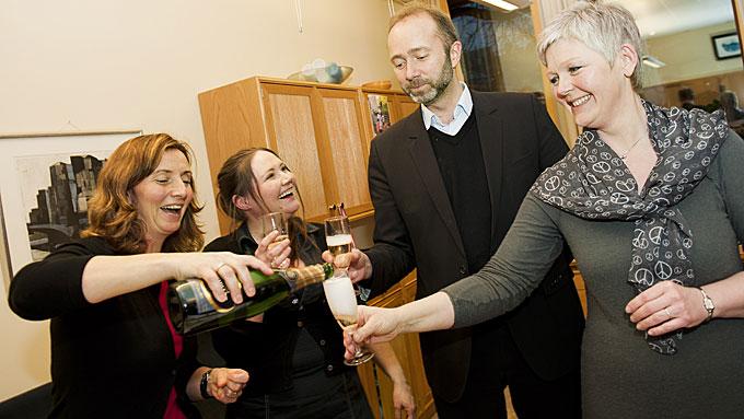 SIER STOPP: Gunn Karin Gjul (t.v.) tar ikke gjenvalg til Stortinget. Her sammen med partifellene Eva Kristin Hansen, Trond Giske og Susanne Bratli da de feiret at den nye kampflybasen havner i Gjuls hjemkommune Ørland.  (Foto: SCANPIX)