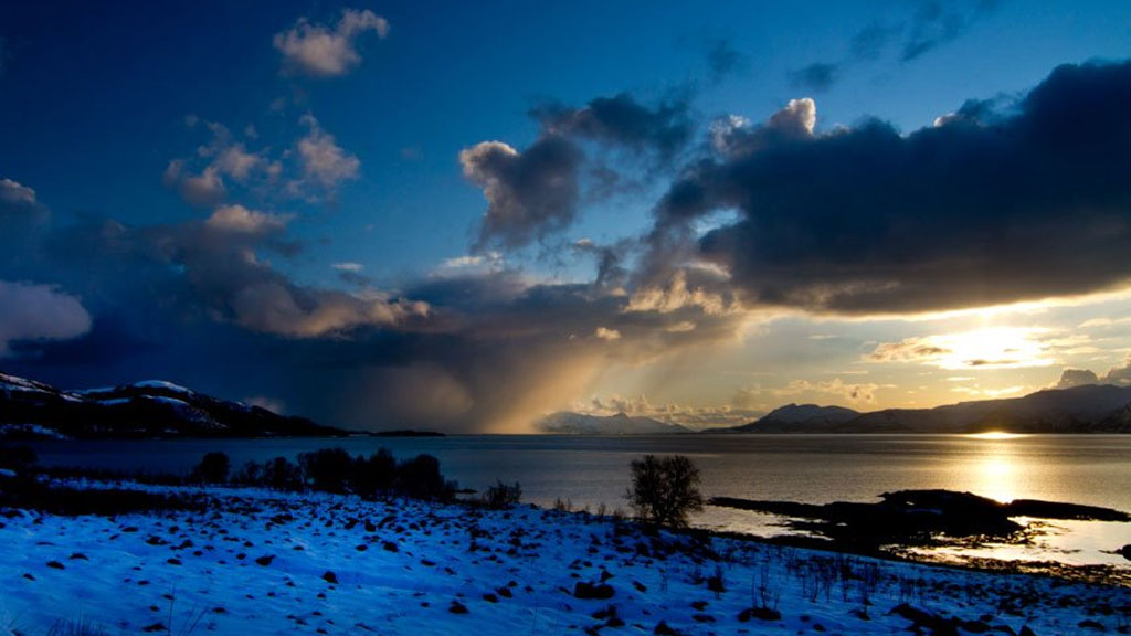 Solen går ned i Blokken i Vesterålen 16. april. (Foto: Frank Olsen)