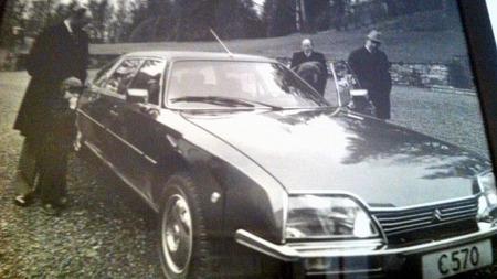 Originalbildet er for tiden lagret, men til tross for dårlig kvalitet på denne avfotograferingen er det tydelig at CXen var en staselig bil da den var ny. Formelt antrukkede herrer med frakk og hatt kan tyde på at dette var i en offisiell sammenheng, muligens ved leveringen av bilen. (Foto: Privat)
