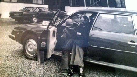 Bilen var i aktiv tjeneste på Skaugum fra oktober 1977 til mai 1979, og Braathen har to gamle sorthvittbilder fra den gang som en del av bilens omfattende dokumentasjon. Her ser vi daværende kronprins Harald og det vi formoder er prins Haakon Magnus ta den nærmere i øyesyn. (Foto: Privat)