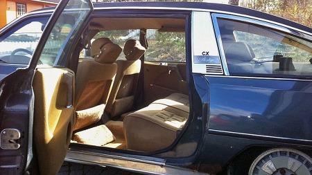 Mens standard CX fikk litt pepper for at bakseteplassen ikke var fullt på høyde med det man forventet etter forgjengeren DS, er det i hvertfall lite å utsette på tumleplassen i en CX Prestige. Interiøret ser også ut til å ha klart seg rimelig bra, til tross for bilens forfall de senere årene. (Foto: Privat)