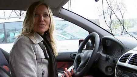 Pia vil gjerne tilbake i jobb. Men hun kan ikke være på venterommet på arbeidsformidlingen. Derfor venter hun i bilen til et utluftet rom er klart. (Foto: TV 2)