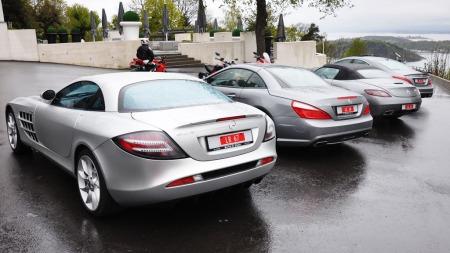 Bilene linet opp utenfor Ekeberg Restaurant. Det regner - og skyene henger lavt. Ikke bra når vi skal teste biler som har opptil 626 hk og bakhjulstrekk ...