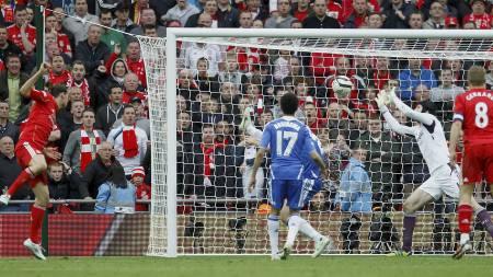 Carroll header - Cech redder. Men var ballen inne? (Foto: IAN KINGTON/Afp)