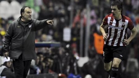 STERK LEDER: Athletic Bilbaos trener Bielsa. (Foto: Alvaro Barrientos/Ap)