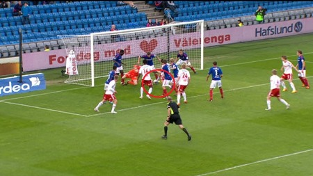 Kaos i Vålerengas sekstenmeter etter en Fredrikstad-corner.