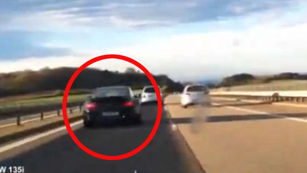 Her er Porschen foran - med BMW-en som haleheng. De andre bilistene på motorveien blir statister i det ville kappløpet ...