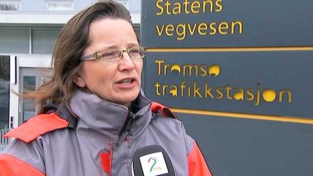 AKSJONERER: Rigmor Thorsteinsen, avdelingsleder i Statens vegvesen, vil at folk skal ta fokus vekk fra mobiltelefoner og CD-er og heller bruke øynene på veien.  (Foto: Anders Mildestveit/TV 2)