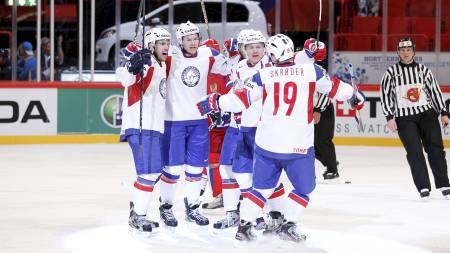 De norske ishockeygutta jubler for scoring mot Russland. (Foto: Larsen, Håkon Mosvold/NTB scanpix)