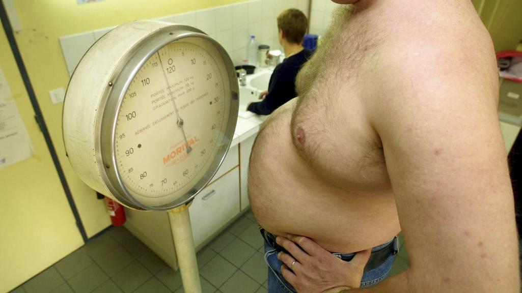 NED I VEKT: Eldre menn med lite testosterom kan få redusert livvidde og blodtrykk med testosteron-tilskudd, viser ny studie. (Foto: Illustrasjonsbilde / Colourbox/colourbox.com)