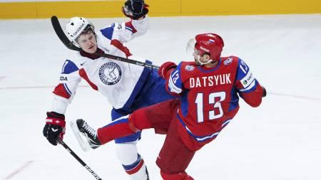 Pavel Datsyuk knallet til i duellen med Alexander Bonsaksen. (Foto: JONATHAN NACKSTRAND/Afp)