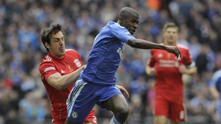 Ramires setter fart forbi José Enrique og sender Chelsea i ledelsen. (Foto: Tom Hevezi/Ap)