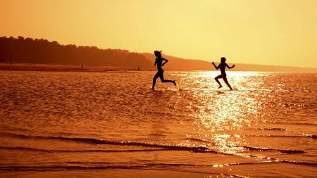 Nå er sola og sommervarmen for alvor på vei. Men hvor mye direkte   sollys på kroppen er sunt når vi er ute og trener? (Foto: Illustrasjon/Colourbox/colourbox.com)