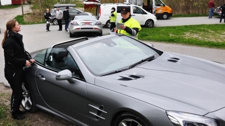Alle bilene ble vinket inn til kontroll  -men heldigvis var all dokumentasjon i orden.