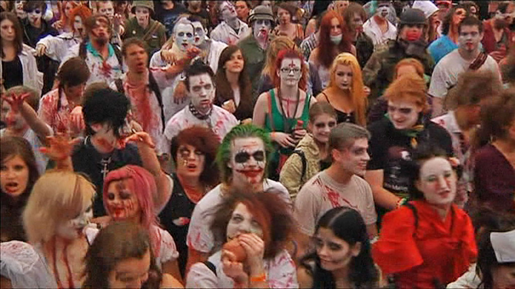 ZOMBIMARSJ: En spontan aksjon i sosiale medier første til at nesten tusen zombier møtte opp i Prahas gater for å marsjere lørdag.  (Foto: AP)
