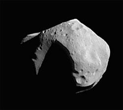 Asteroiden 253 Mathilde er 50 kilometer i diameter. (Foto: NASA)