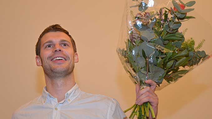 NY LEDER: Bjørnar Moxnes fikk blomster, jubel og applaus på Rødts  landsmøte i Oslo søndag. (Foto: Ingvil Teige Stiegler/ TV 2)