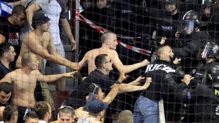 Fans av Buducnost er ikke til å spøke med. Her er de i klammeri med politiet på tribunen i Ungarn i første mesterligafinalekamp mot Györ. (Foto: LASZLO BALOGH/Reuters)