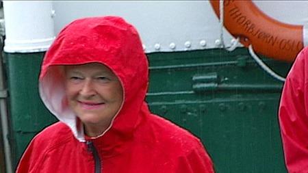 PÅ UTØYA: Gro Harlem Brundtland ankommer Utøya med fergen M/S Thorbjørn den 22. juli i fjor. Noen timer etter starter massakren hvor 69 personer blir drept. (Foto: TV 2)