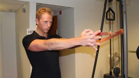 Personlig trener Martin Norum demonsterer øvelsen Palloff press.   (Foto: God morgen Norge)