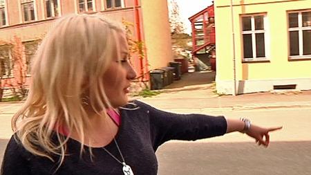VITNE: Tamara Tonaas ble vekket av et kraftig smell og kom ut på gaten. Der så hun Torhild bli kastet flere meter bortover gaten. (Foto: Harald Bjørnson Jacobsen/TV 2)