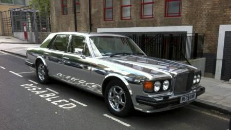DET ENESTE SØLVTØYET ARSENAL FÅR I ÅR: I følge Daniel parkeres denne sølvfargede Bentley'en utenfor i Avenell Road ved jevne mellomrom. «Den er latterlig, er du ikke enig?», sier megleren. (Foto: Helge Kalleklev/TV 2)