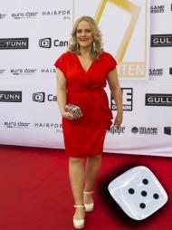 LADY IN RED: Henriette Steenstrup kom i rød omslagskjole, hvite kilehæler og fargerik clutch. (Foto: Hommedal, Marit)