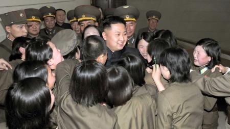 LADIES MAN: Den unge diktatoren blir tatt hjertelig i mot i en militærleir nylig.