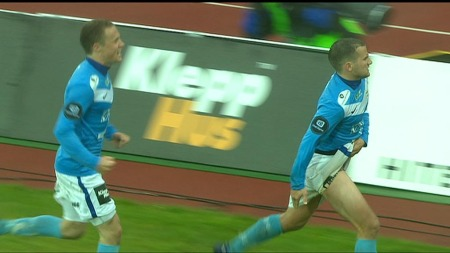 Aksel Berget Skjølsvik jubler med å vise låret a la Ronadlo etter straffescoring mot Rosenborg. (Foto: TV 2)