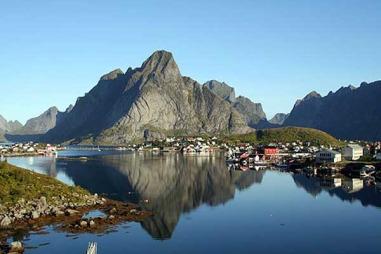 Reine i Moskenes kommune er et av Lofotens mest kjente og besøkte   fiskevær. (Foto: Robert Walke)