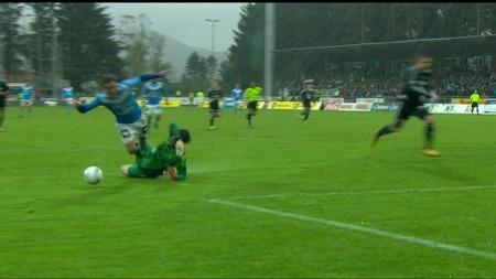 Her blir Tommy Høiland felt av Daniel Örlund og skaffer straffe til Sandnes Ulf mot Rosenborg. (Foto: TV 2)