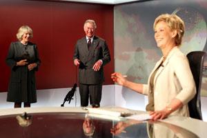 Latter og smil i studio da prins Charles, flankert av kona Camilla   og nyhetsanker Sally Magnusson, prøvde seg som værmelder. (Foto: AP)