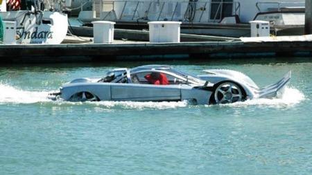 Her er amfibiebilen ute å på tur i vannet.