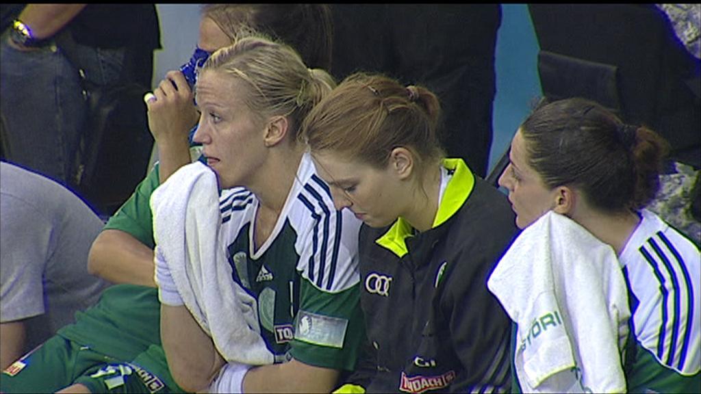 Heidi Løke og Györ-spillerne depper etter mesterligafinaletapet for Buducnost. (Foto: TV 2)