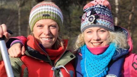 Charlotte og Hedda får seg en padletur når de er i Rondane.