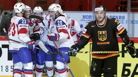 ¿ PINLIG: Thomas Greilinger (t.h.) er flau på vegne av hele det tyske laget. (Foto: PETR JOSEK/Reuters)