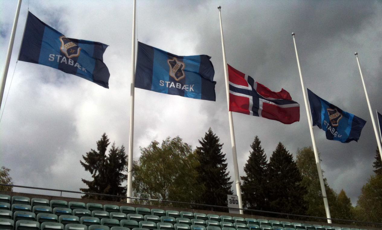 Det ble flagget på halv stang på Nadderud mandag. (Foto: TV 2)