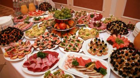 VALUTA FOR PENGENE: Mange føler de må spise ekstra mye ved buffeter.   Og det er lett å la seg friste. (Foto: Colourbox)