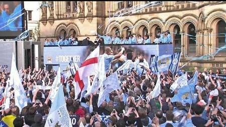 Manchester Citys spillere hylles i Manchester for å ha vunnet Premier League. (Foto: TV 2)