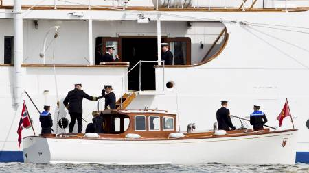 EMBARKERER: Her går kong Harald ombord på Kongeskipet. (Foto: Vegard Grøtt/NTB scanpix)