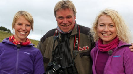 Charlotte og hedda får fotokurs av den kjente naturfotografen Bjørn Brennbakken.